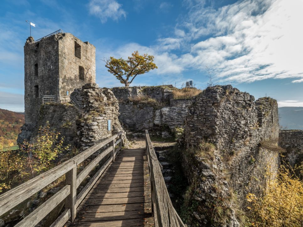 ancient castle ruins of nideck in England